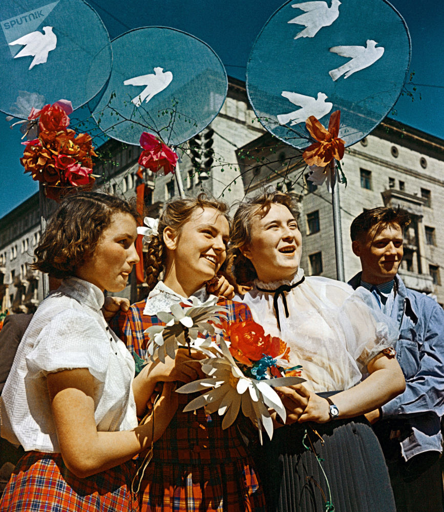 I giovani sovietici visti durante le manifestazione per il Primo maggio a Mosca, 1959.