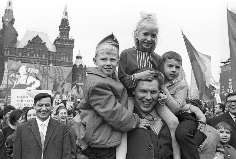 I partecipanti alle celebrazioni del giorno della solidarietà internazionale dei lavoratori a Mosca, 1968.