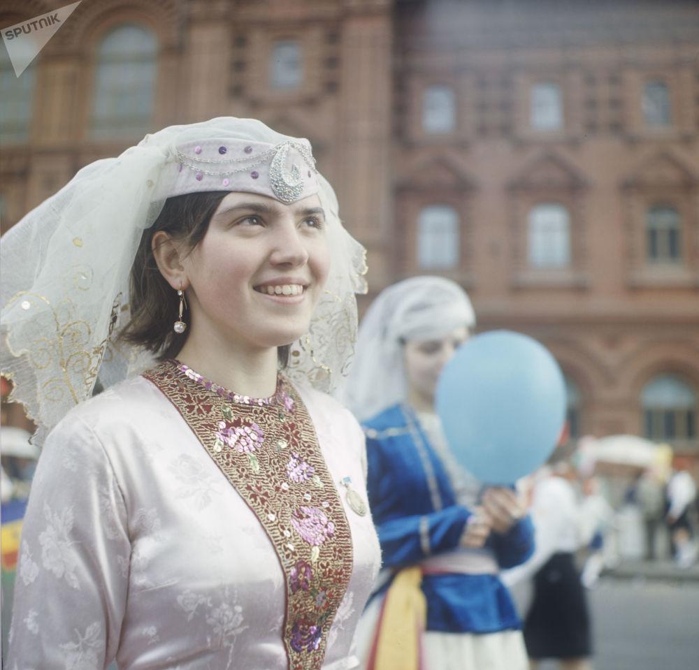 Una partecipante alle manifestazioni del Primo maggio indossa un vestito nazionale georgiano.