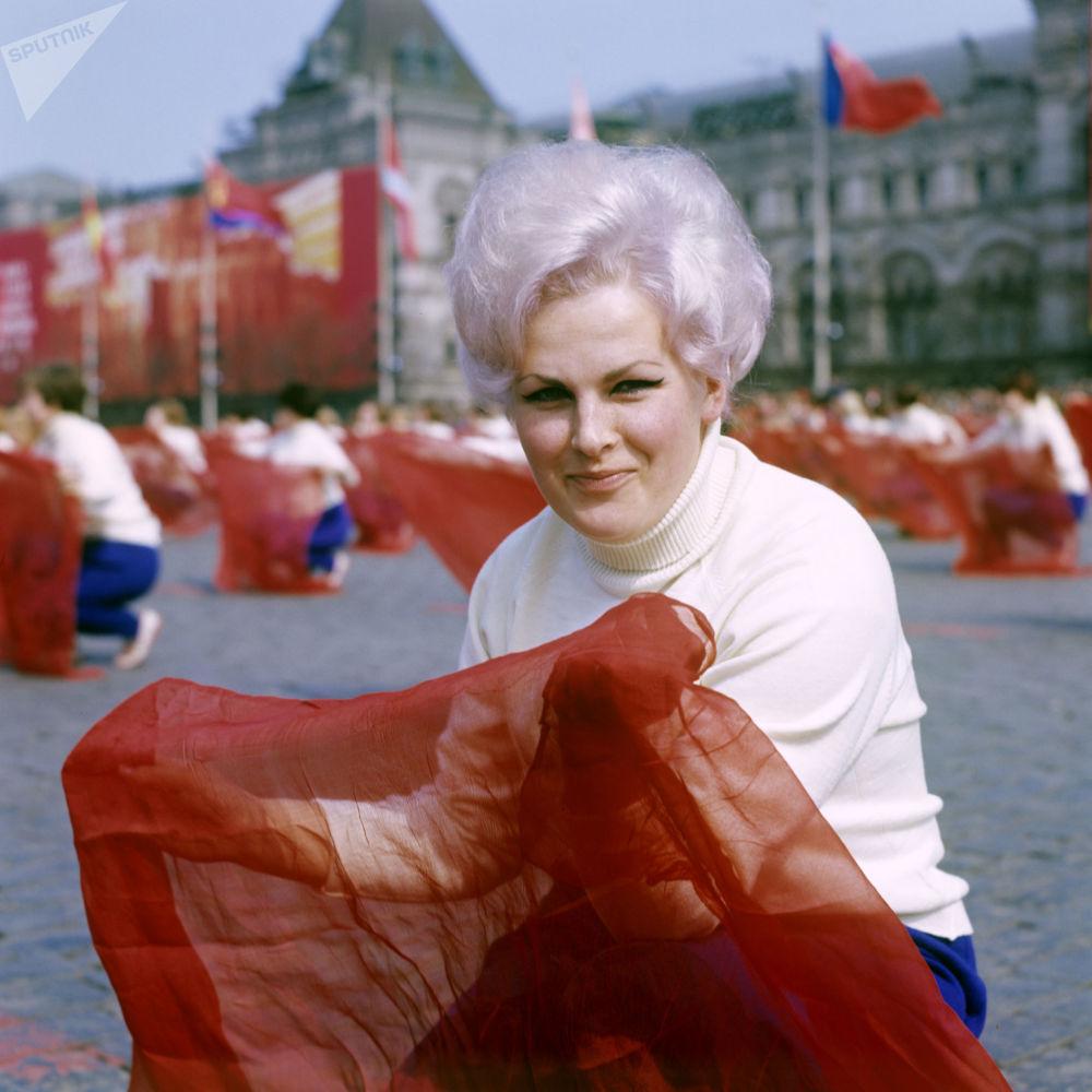 La parata degli adetti alla cultura fisica in piazza Rossa il 1° maggio 1969.