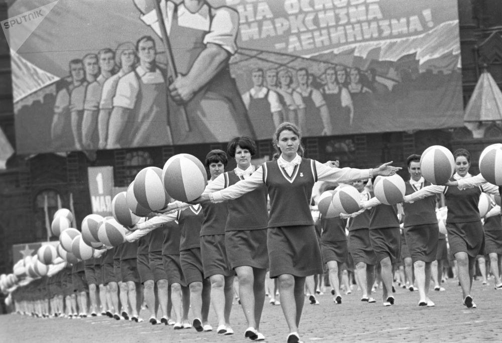 La marcia degli atleti in piazza Rossa per il giorno della solidarietà intenazionale dei lavoratori il 1° maggio 1970.