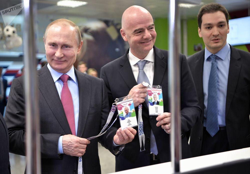 Il presidente russo Vladimir Putin e il presidente della FIFA Gianni Infantino visitano il Centro di rilascio dei tesseri di tiffoso a Sochi.