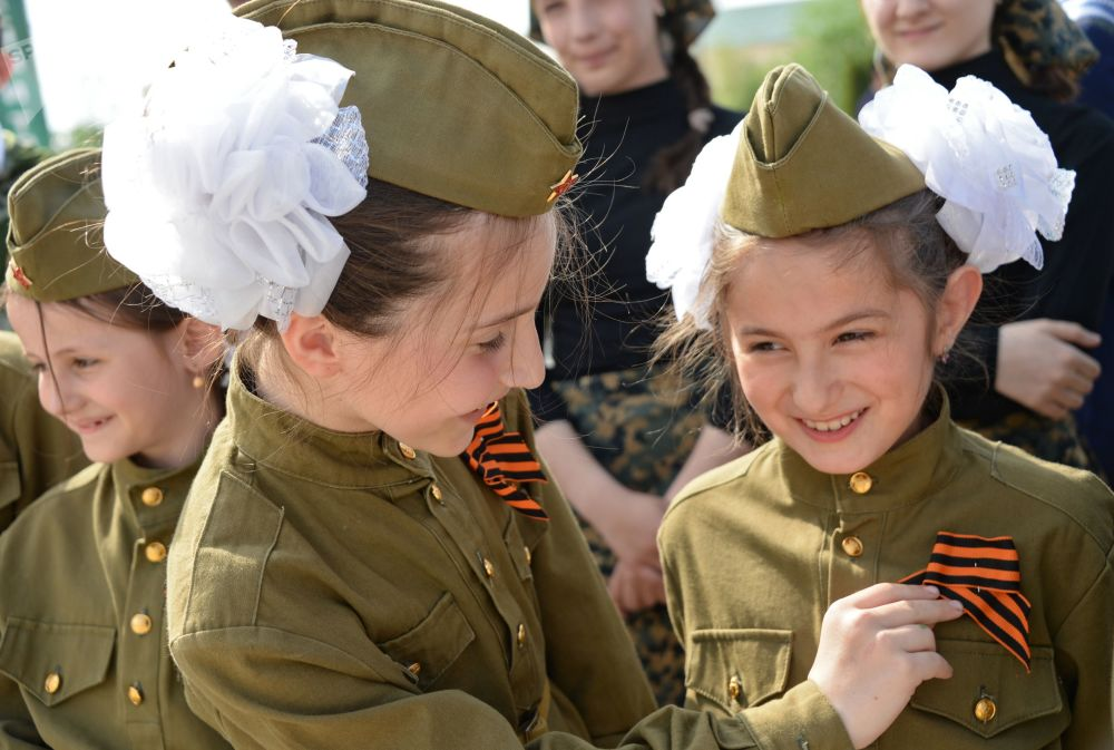 Le partecipanti all'azione panrussa Nastro di San Giorgio a Grozny.