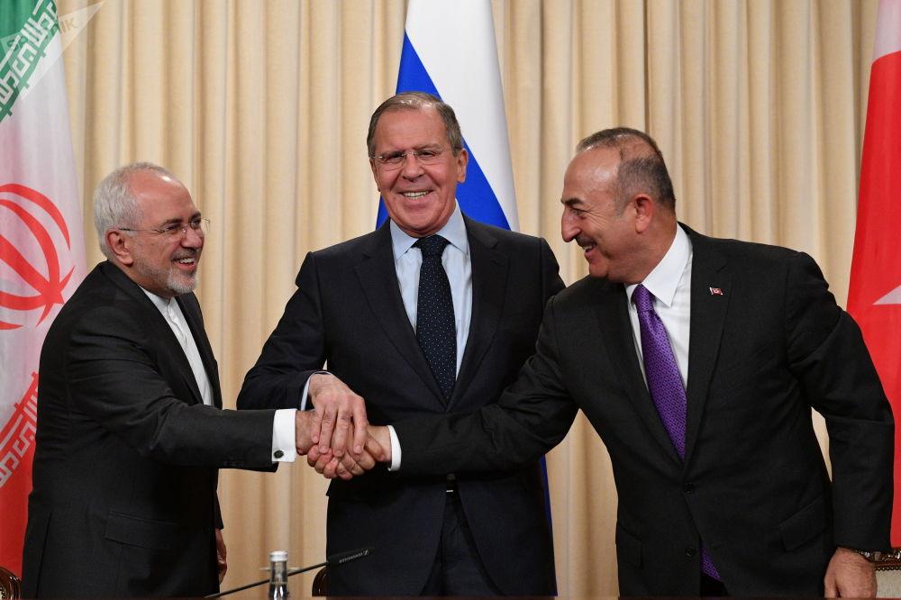 Il ministro degli Esteri iraniano Muhammad Javad Zarif, il ministro degli Esteri russo Sergei Lavrov e il ministro degli Esteri turco Mevlut Cavusoglu durante la confereza stampa congiunta al termine dell'incontro trilaterale a Mosca.