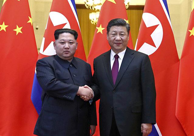 Il leader della Corea del Nord Kim Jong Un e il presidente cinese Xi Jinping.(foto d'archivio)