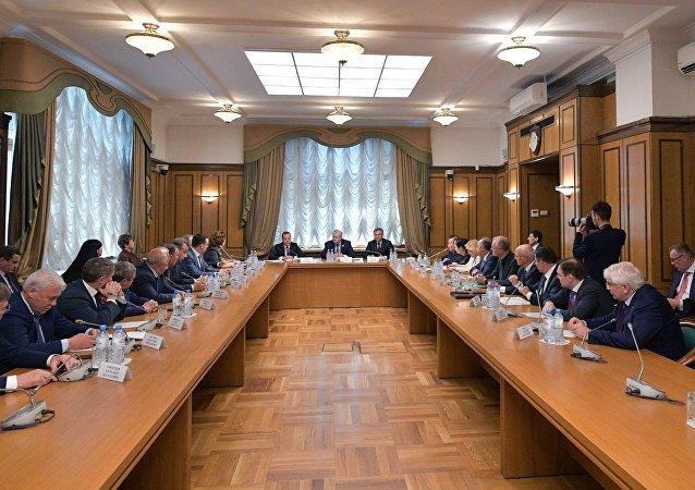 Il candidato al premier della Russia Dmitry Medvedev ha incontrato i deputati della frazione Russia Giusta nella Duma