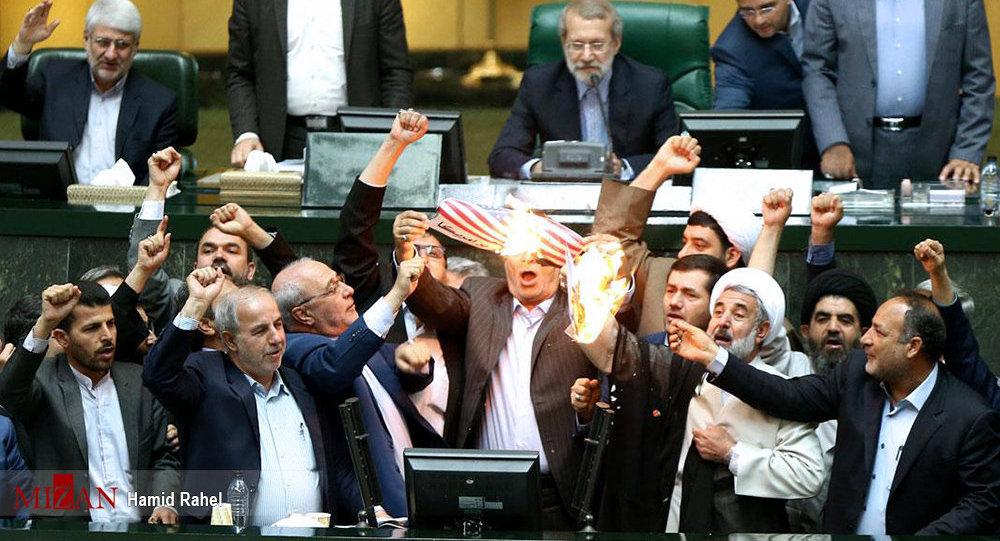 Legislatori iraniani bruciano la bandiera degli Usa dopo il ritiro di Washington dall'accordo nucleare