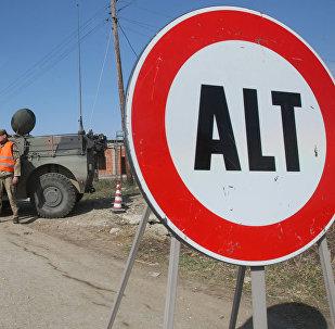 Posto di blocco condotto da soldati italiani nella missione in Kosovo