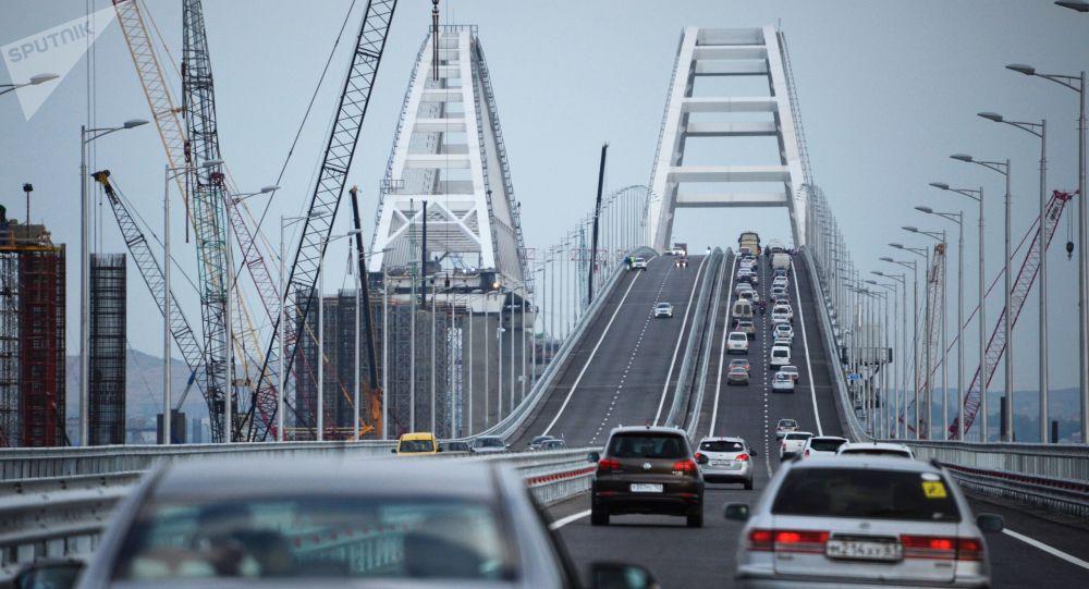 Le prime auto vanno attraverso il ponte di Crimea.