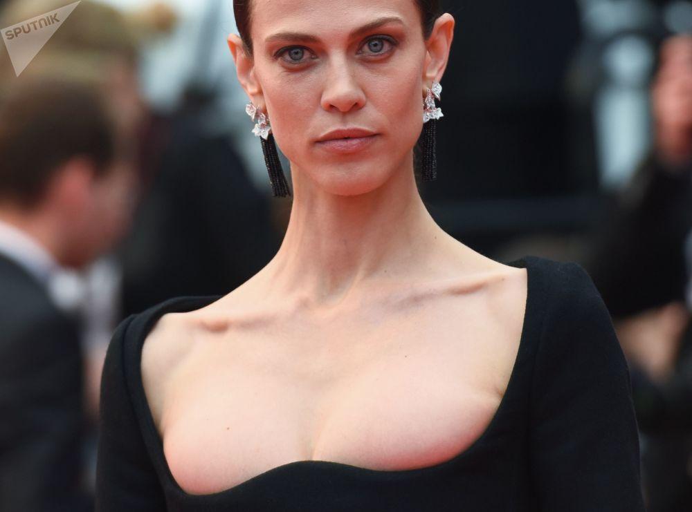 L'attrice e modella francese Aymeline Valade al Festival di Cannes.