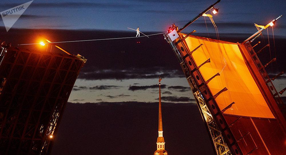San Pietroburgo: funambolo cammina su corda su ponte levatoio aperto