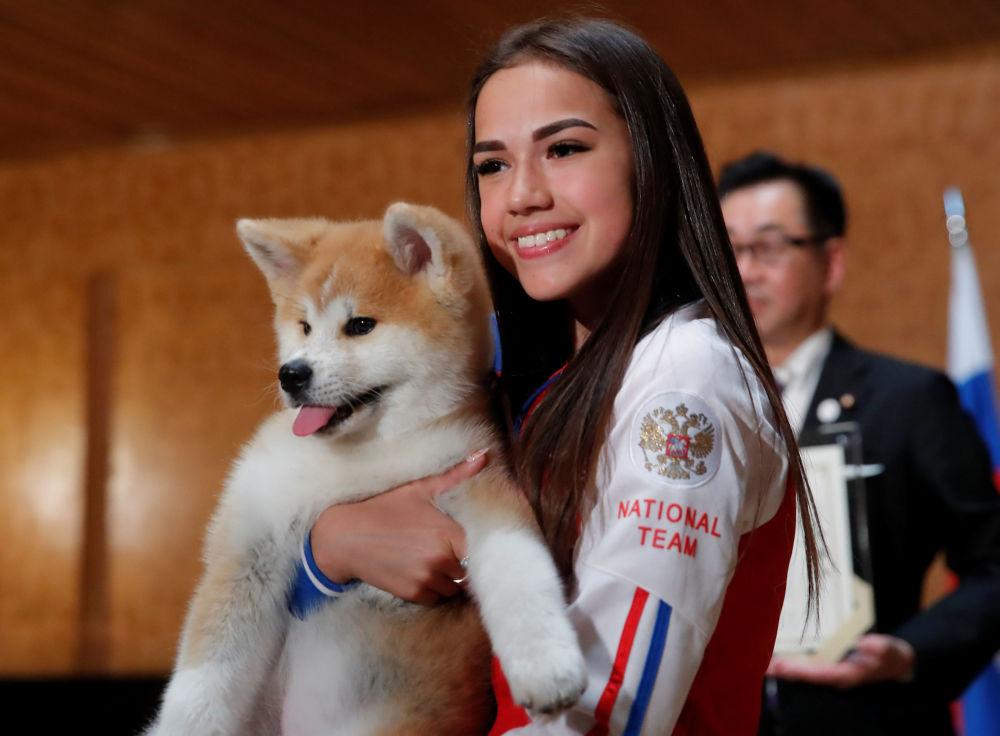 La figurista russa Alina Zagitova ha ricevuto come regalo un cucciolo di Akita Inu dalla delegazione giapponese.