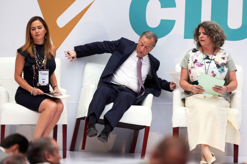 Il candidato alla presidenza del Messico dal partito istituzionale rivoluzionale Jose Antonio Meade è caduto dalla sedia all'incontro con i cittadini della Città del Messico.