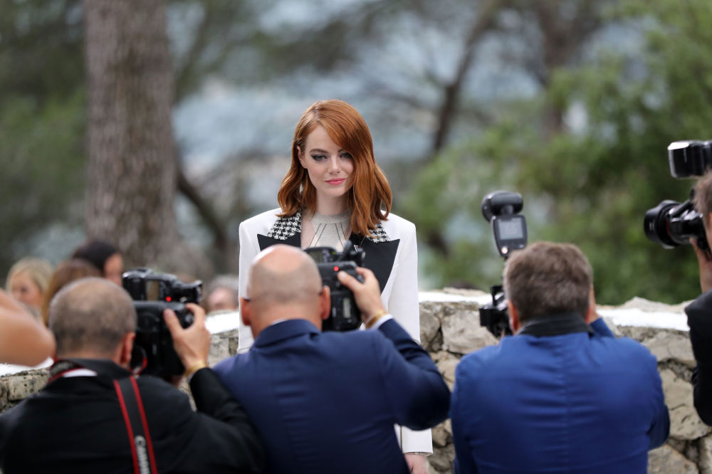 L'attrice Emma Stone si fa fotografare allo show Louis Vuitton Cruise 2019 collection a Saint-Paul-de-Vence, Francia.