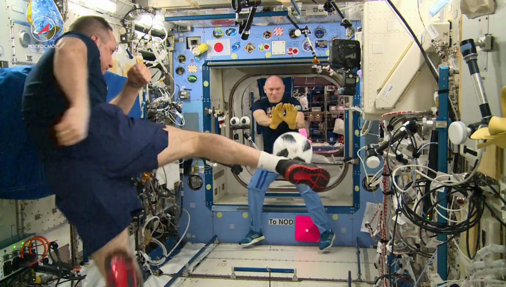 I cosmonauti del Roscosmos Anton Shkaplerov e Oleg Artemjev giocano a calcio alla Stazione spaziale internazionale.
