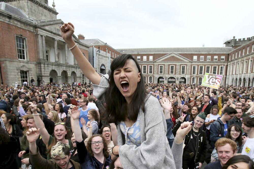 I sostenitori del movimento Yes celebrano i risultati del referendum sugli aborti, Dublino.