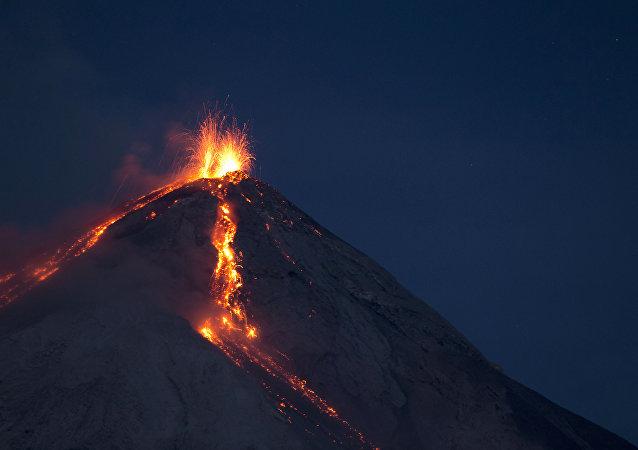Volcan de Fuego (Vulcano di Fuoco) erutta a San Juan Alotenango, Guatemala (foto d'arhivio)