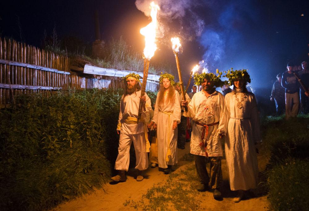 Processione con il fuoco alla festa del Solstizio d'Estate nel villaggio di Okunevo, vicino Omsk