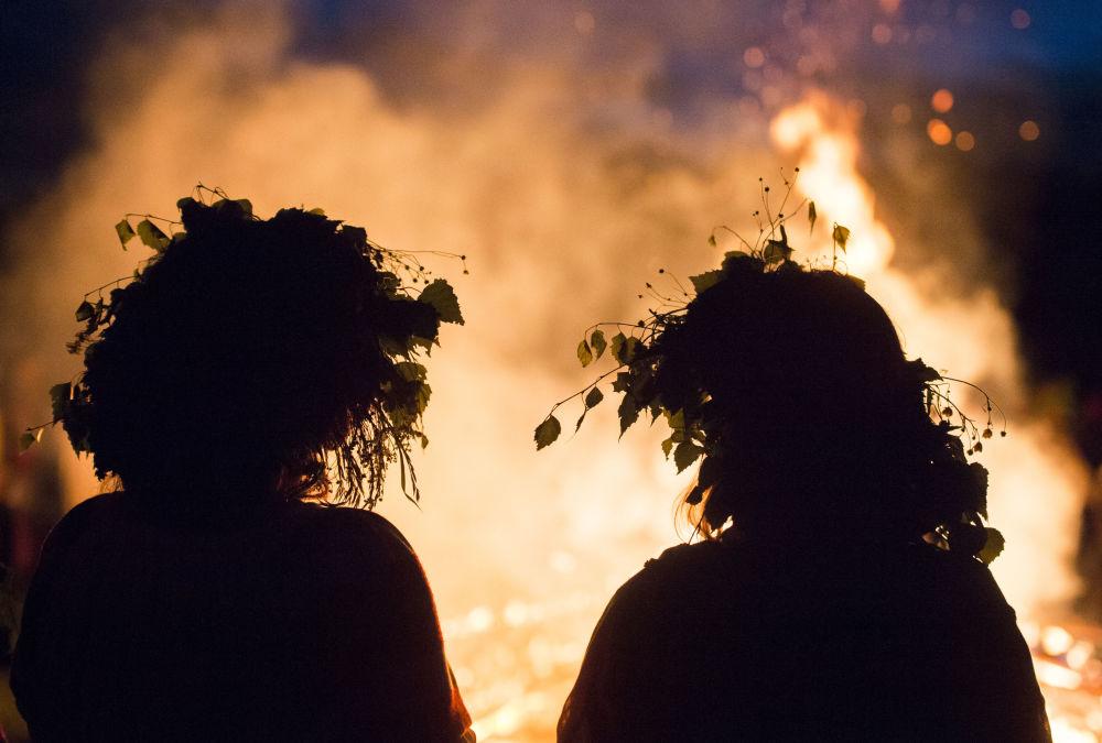 Due ragazze alla festa del Solstizio d'Estate nel villaggio di Okunevo, vicino Omsk.