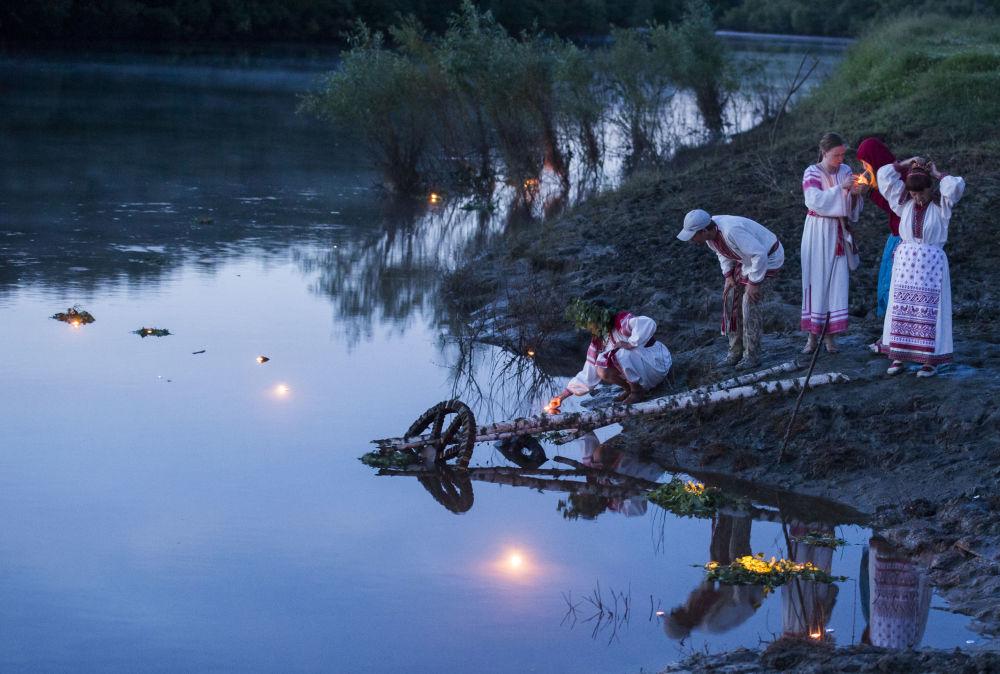 Bagno nelle acque del fiume alla festa del Solstizio d'Estate ad Okunevo