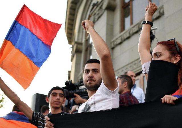Dimostranti a Yerevan con la bandiera armena