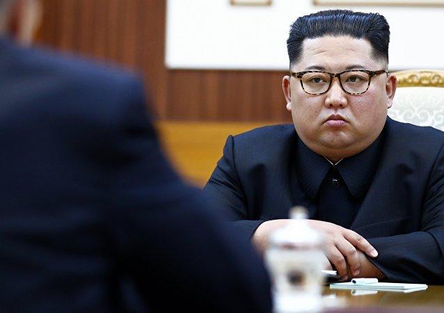 L'incontro tra il ministro degli Esteri russo, Sergei Lavrov, e il leader della Corea del Nord, Kim Jong Un.