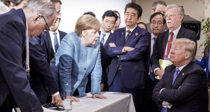 La cancelliera della Germania Angela Merkel parla al presidente statunitense Donald Trump durante il summit del G7.