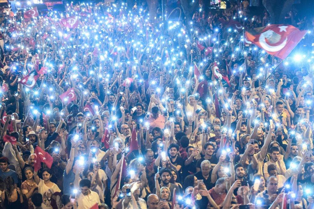 La manifestazione a favore del candidato alla presidenza delle Turchia dal Partito popolare repubblicano.