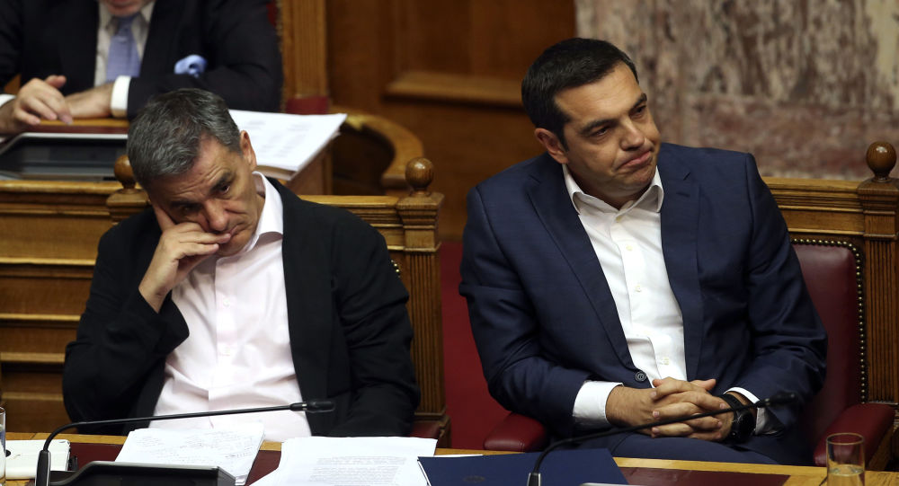 Il ministro delle Finanze Euclid Tsakalotos e il primo ministro della Grecia Alexis Tsipras assistono alla seduta parlamentaria ad Atene.