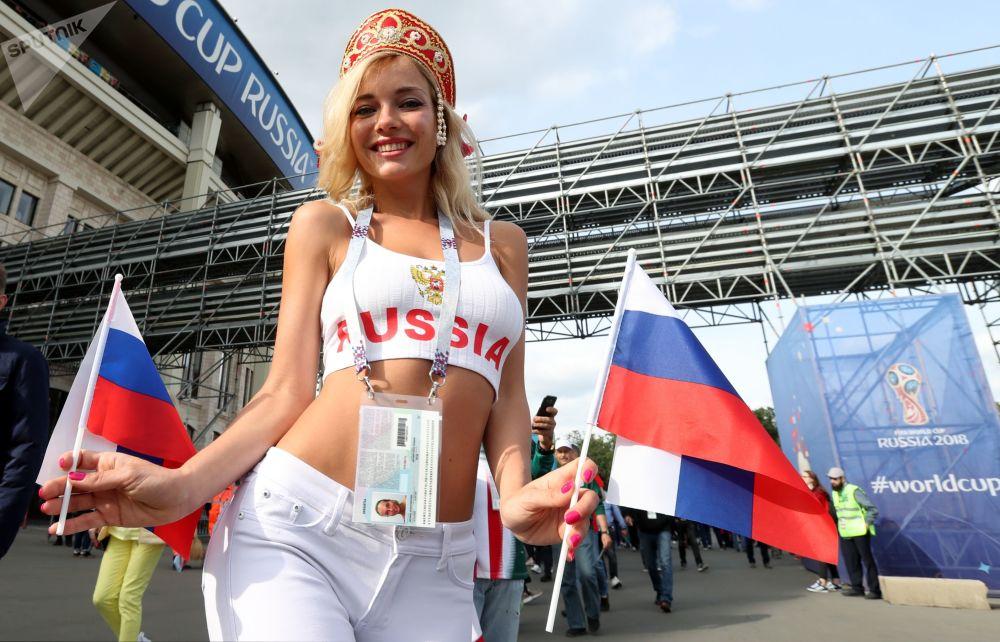 Una tifosa della nazionale russa vista prima della partita tra la Russia e l'Arabia Saudita.