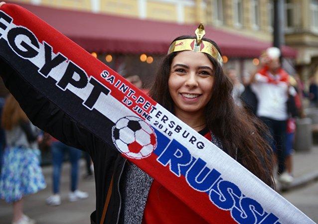 Una tifosa prima della partita Russia-Egitto