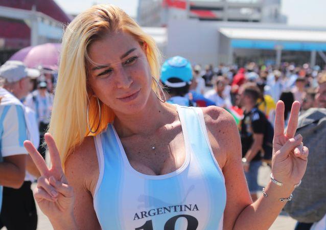 Una tifosa argentina prima della partita contro l'Islanda