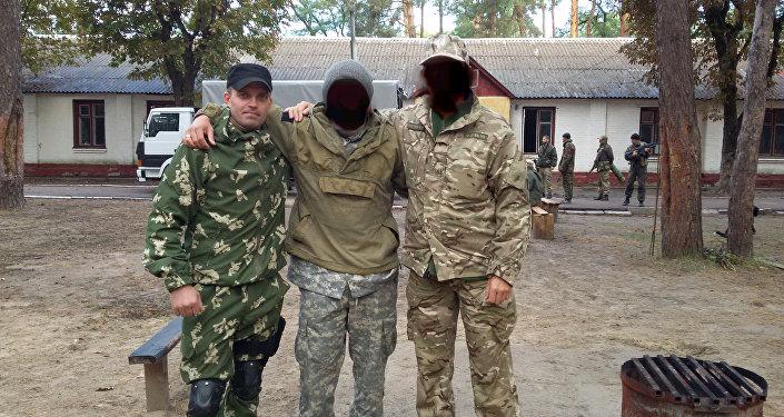 Le esercitazioni dell'unità militare 3066. Sergey Sanovsky alla sinistra.