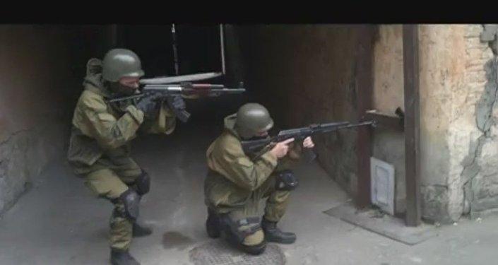 Le esercitazioni del reggimento Azov. Sergey Sanovsly ed istruttore, nome in codice Runa.