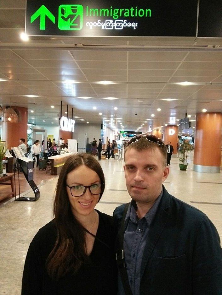 Sergey Sanovsky e sua moglie Tatiana nell'aeroporto di Bangkok.