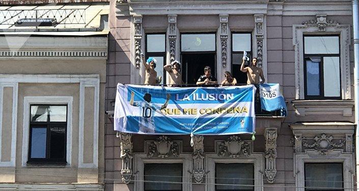 Tifosi argentini scatenati su un balcone della prospettiva Nevskiy