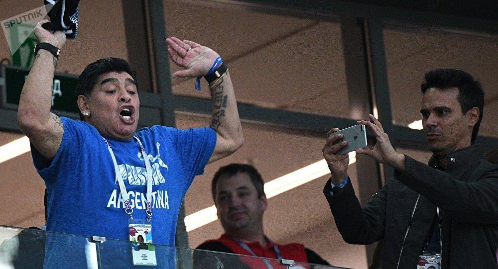 Maradona scatenato durante la partita tra Argentina e Nigeria a San Pietroburgo