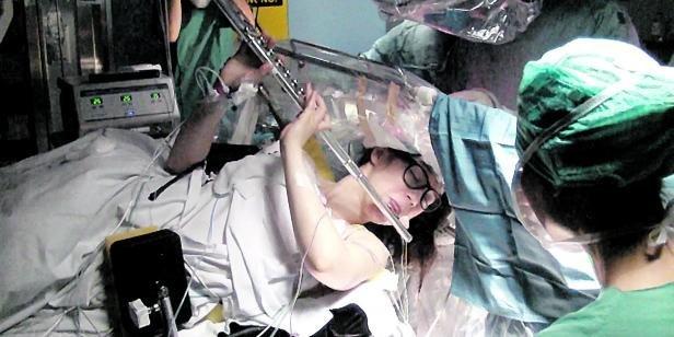 Sofia Pinaeva suona il flauto mentre subisce intervento al cervello per rimuovere tumore