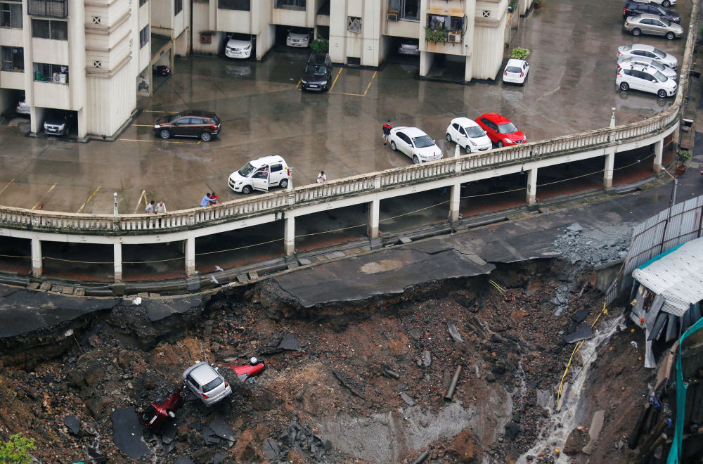 Un parcheggio distrutto dalle forti piogge a Mumbai.