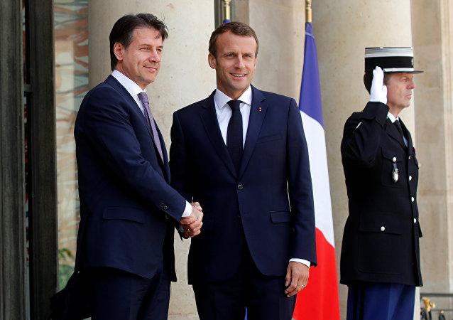 Stretta di mano tra Trump e Macron