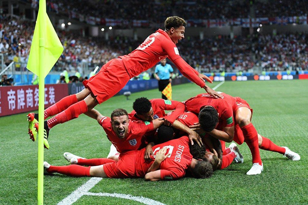 I giocatori dell'Inghilterra esultano dopo il gol decisivo di Harry Kane nella partita contro la Tunisia