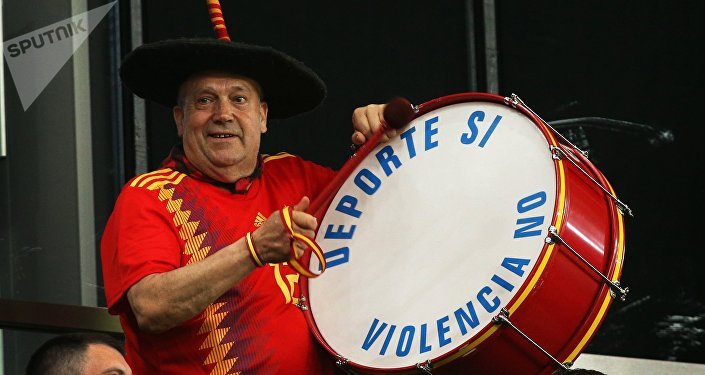 Il leggendario tifoso spagnolo Manolo detto el bombo, con il suo tamburo su cui c'è scritto Sport si, violenza no