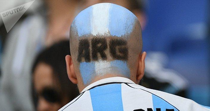 La testa di questo tifoso argentino è proprio... nel pallone