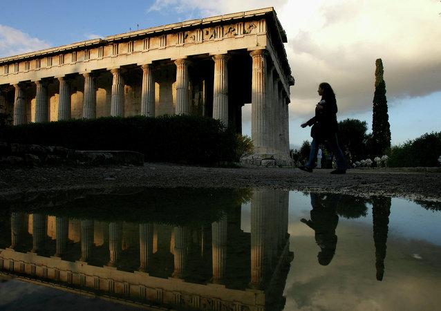 In altri termini, possiamo dire che la Grecia  è già fuori dall'area valutaria e dunque dall'Euro. Grexit