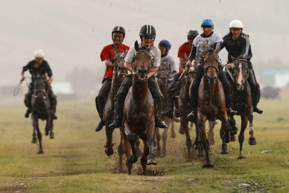 Un momento delle corse dei cavalli, appuntamento molto sentito dai partecipanti alla festa.