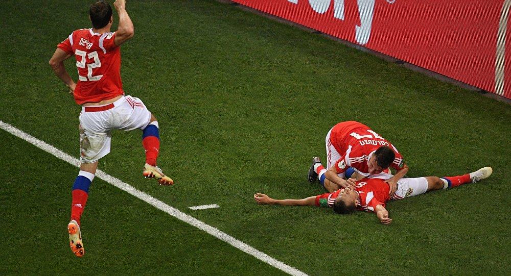 L'esultanza di Cheryshev e Dzyuba dopo il gol del vantaggio russo contro la Croazia
