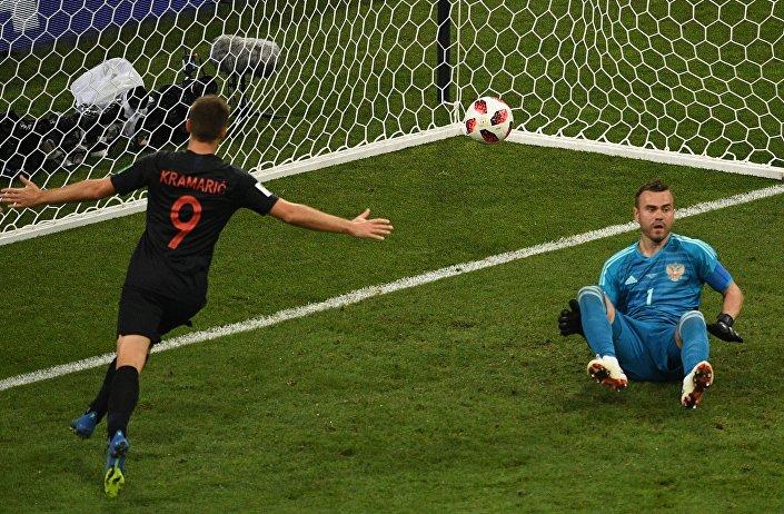 Andrej Kramaric esulta dopo aver siglato il gol dell' 1-1