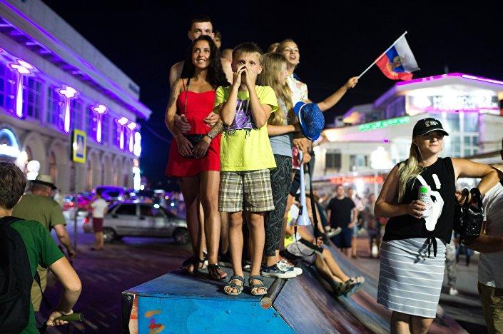 Tensione negli occhi dei tifosi russi che hanno seguito in tv la partita con la Croazia