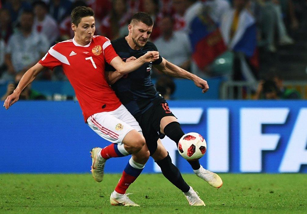 Daler Kuzyaev (Russia) e Ante Rebic (Croazia) in uno dei tanti duelli della partita
