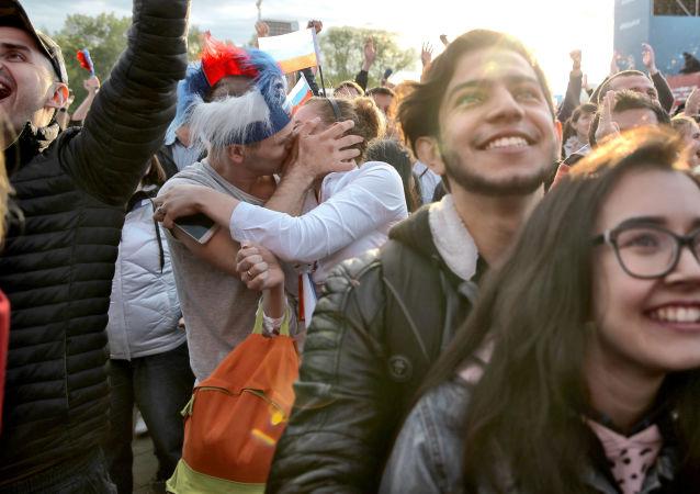 Folla in una fanzone durante una partita dei Mondiali